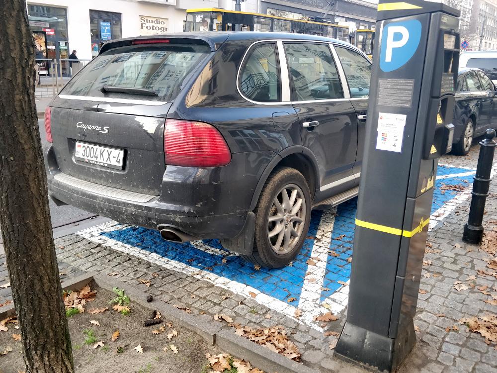 Парковочное место дляинвалидов, априпарковался, скорее всего, неинвалид. Оплачивать парковку надо через вот эти столбики