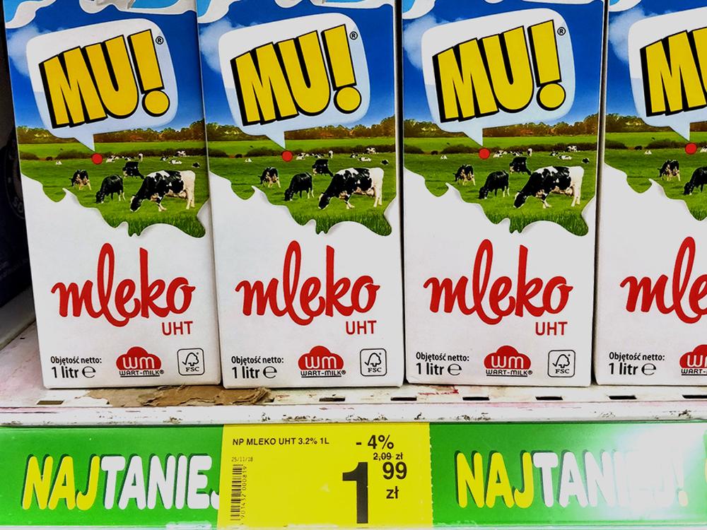 В магазине молоко стоит 1,99zł (35рублей) залитр