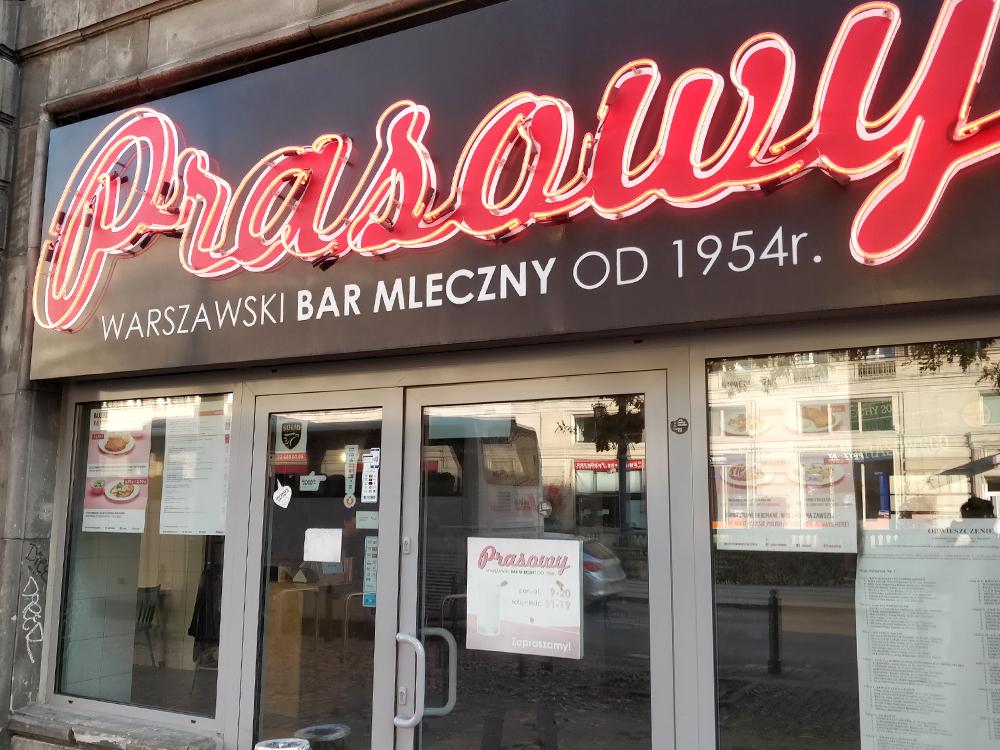 Это самый старый вВаршаве «молочный бар» — по-русски этопросто столовка