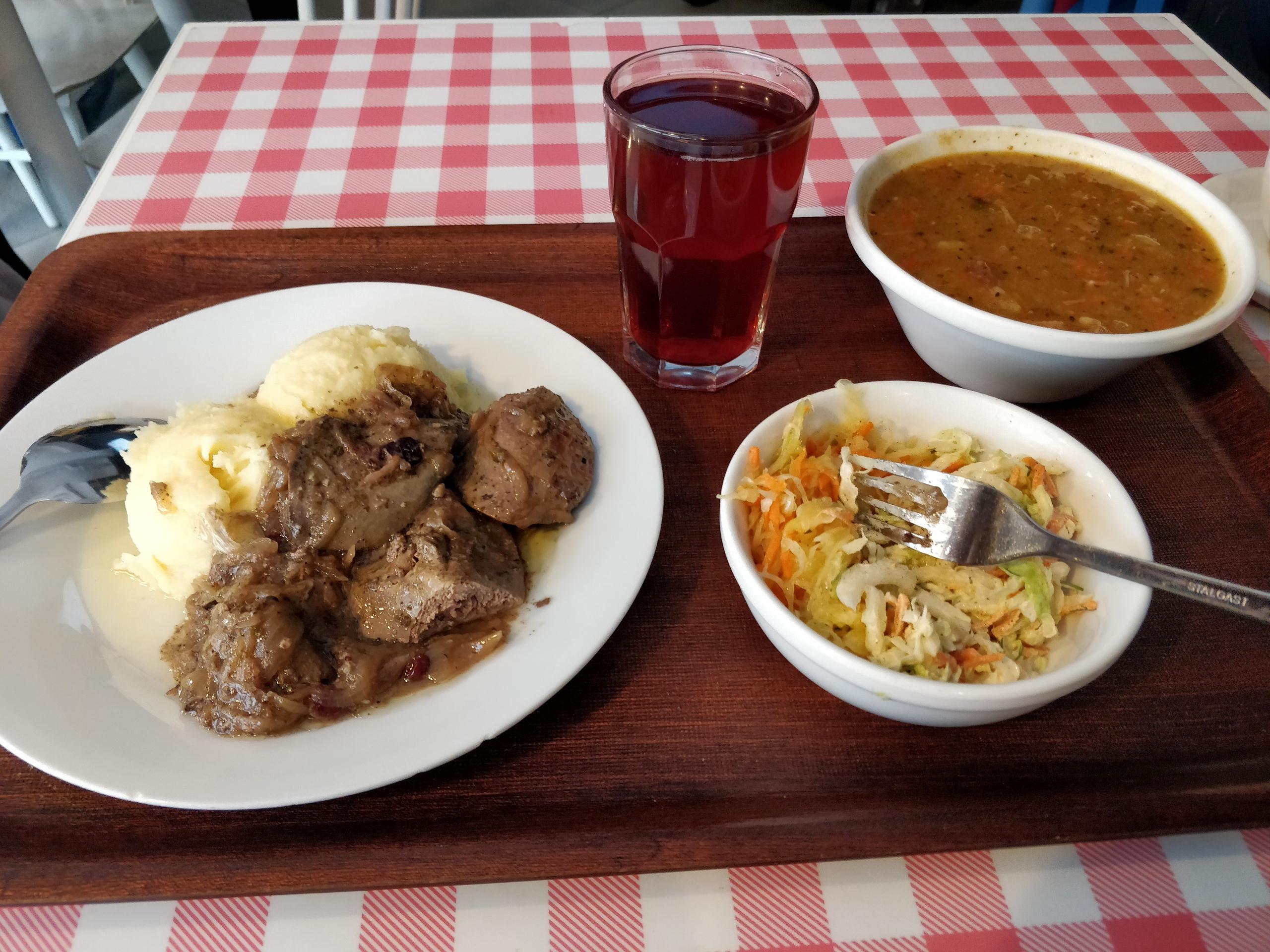 Пообедал в «молочном баре»: пюре, печенка, салат, гороховый суп смясом икомпот. Заплатил 19zł(340рублей)