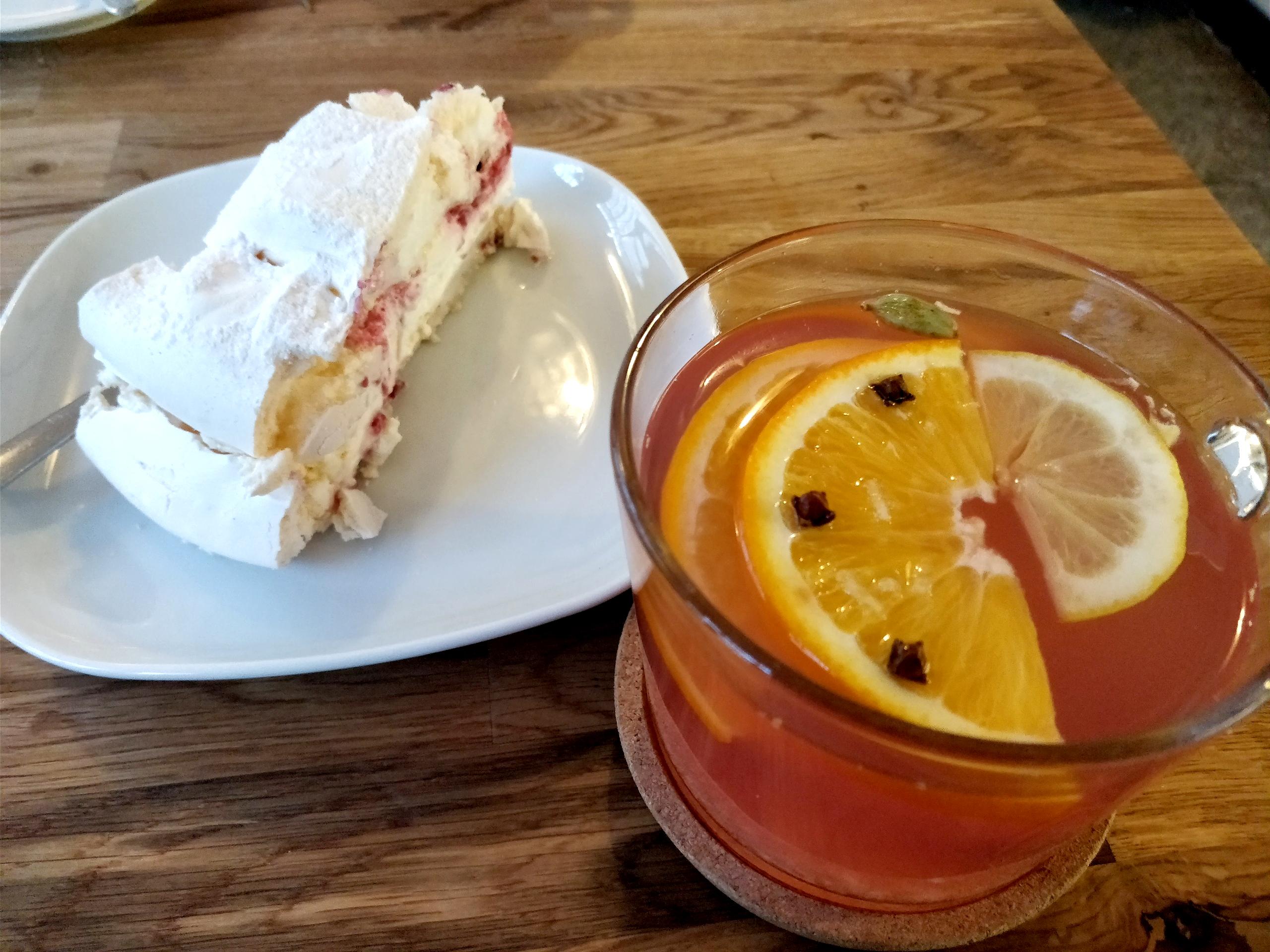 Торт безе иимбирный напиток вмодной кофейне — 25zł(440рублей)
