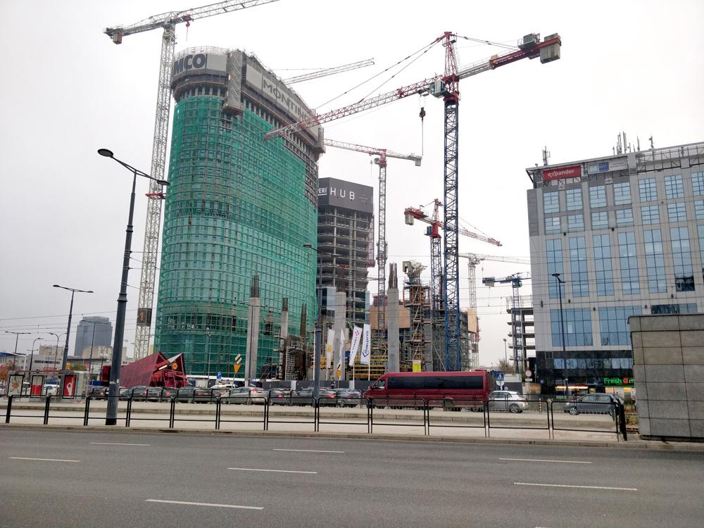 Город строится колоссальными темпами — во многом благодаря мигрантам из СНГ, ударно работающим в строительных компаниях