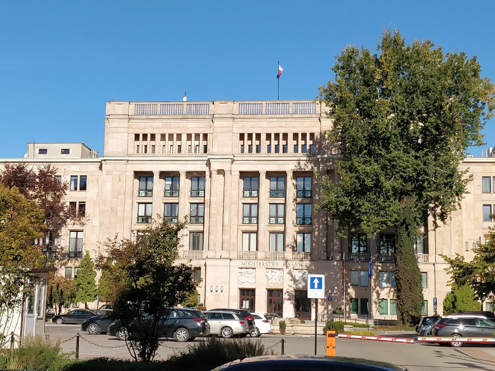 Министерство финансов Варшавы. По-моему, выглядит скромно, как и машины на парковке возленего