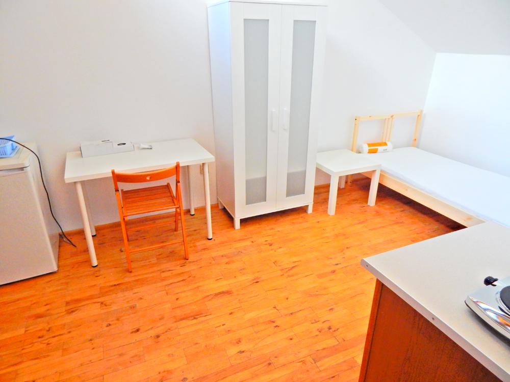 Я снимаю комнату на чердаке за 1190zł в месяц. Для Варшавы это очень дешево