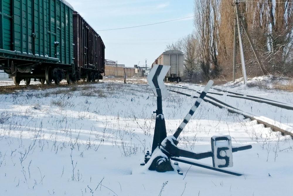 К заводу идет железнодорожная ветка, нопассажирские поезда неходят. Ближайшая станция вчетырех километрах