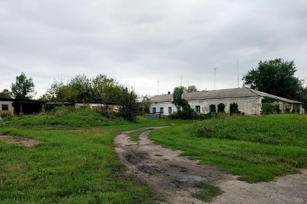 В центре стоят руины старого, дореволюционного завода
