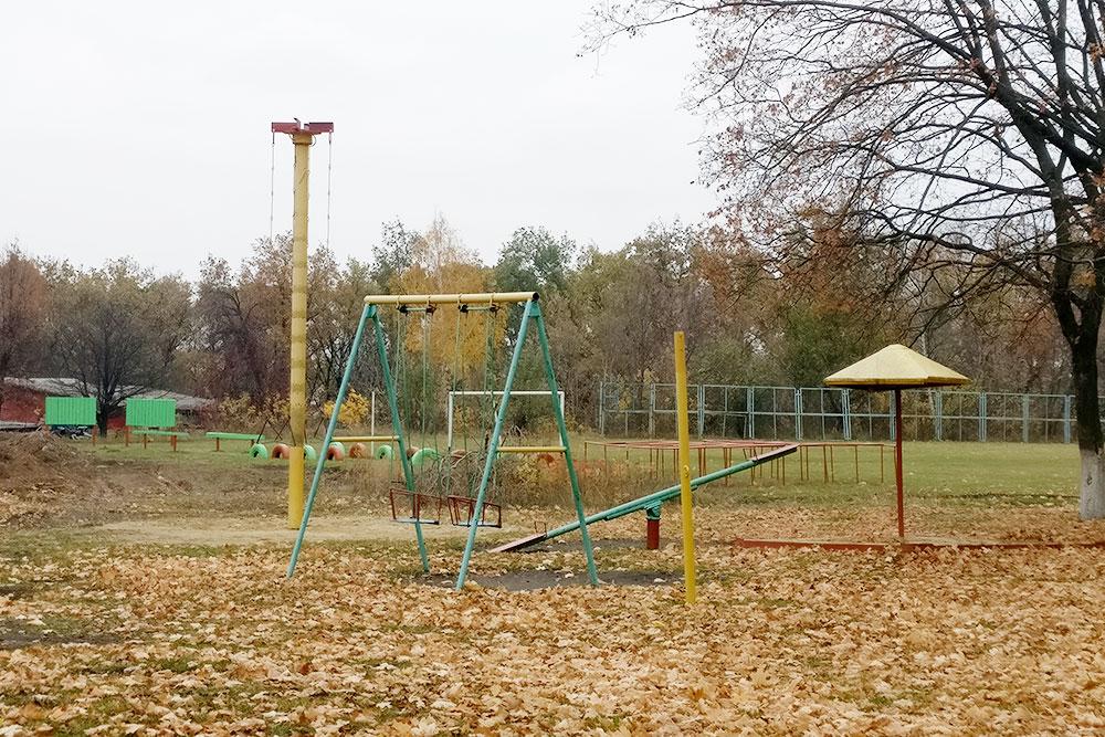 Детская площадка недалеко отзавода выглядит депрессивно