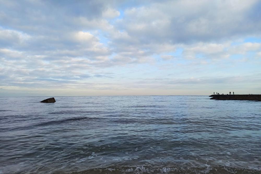 Море сегодня спокойное, напирсе много рыбаков, значит, пошла ставридка ибарабуля