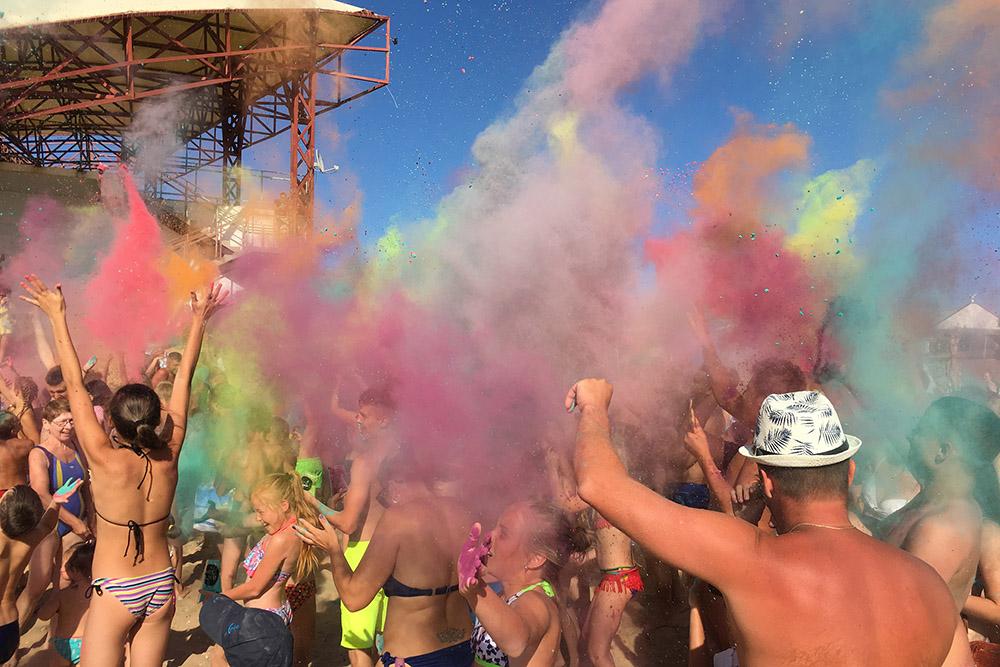 Самый яркий и эффектный момент фестиваля — все дружно выбрасывают краски в воздух