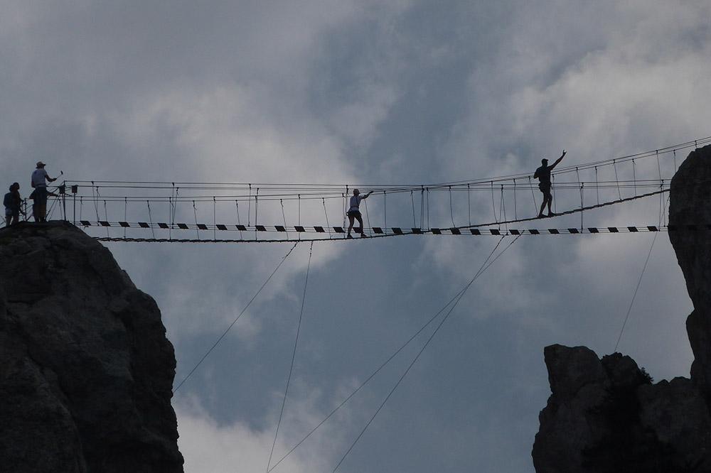 На фото хорошо виден угол подъема веревочного моста на зубцах Ай-Петри