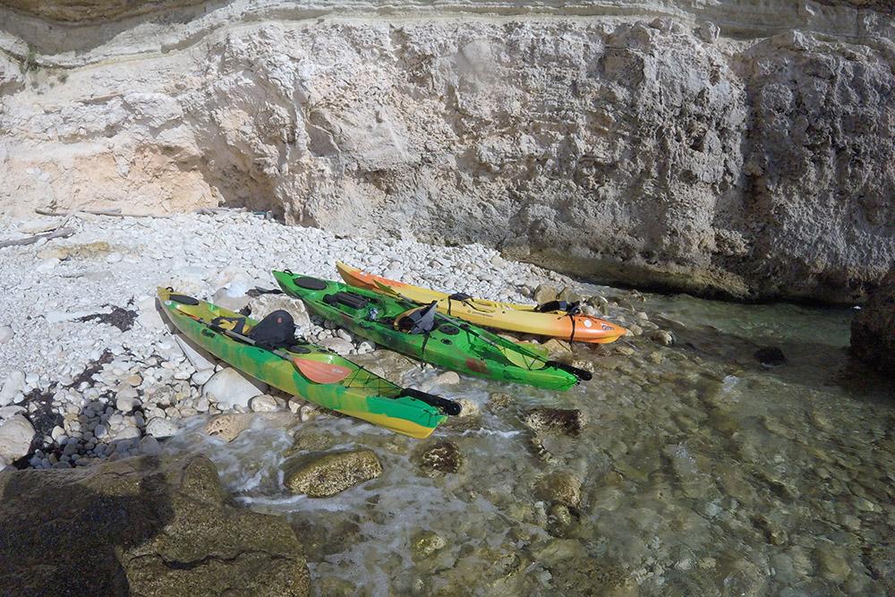 Каяки легкие, поэтому их просто вытащить на берег