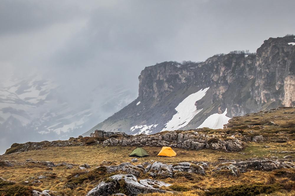 Мы очень любим трекинги в горах. Не везде есть горные приюты, отели и лоджи, поэтому иногда берем в аренду палатки и ночуем где-нибудь рядом с обрывом, а утром открывается классный вид