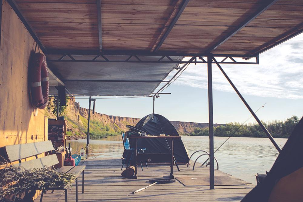 Пожалуй, одно из самых необычных путешествий по России, которые мы предлагаем — сплав на плоту по Дону. Это настоящий деревянный плот, как в старом фильме «Верные друзья», только больше и комфортней. На нем можно ставить палатки, есть кухня с очагом и даже второй этаж, на котором можно загорать