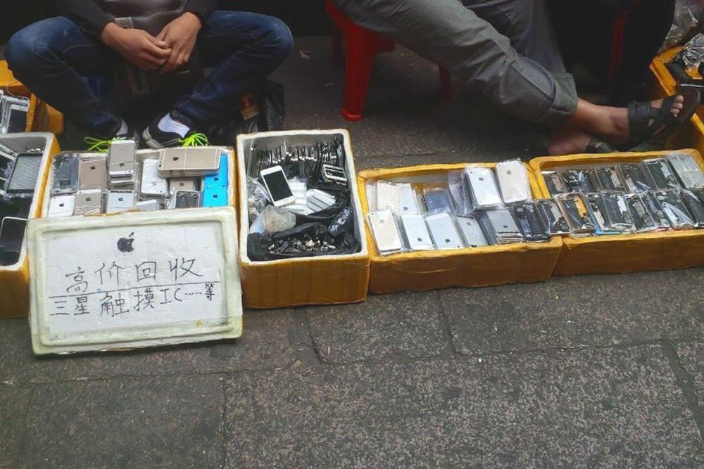 Корпуса и запчасти для Айфонов продают на улице