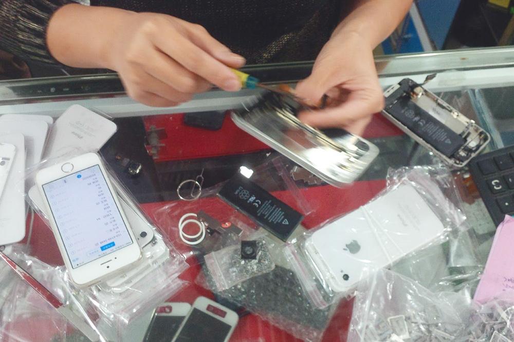 Китаец собирает Айфон прямо на прилавке