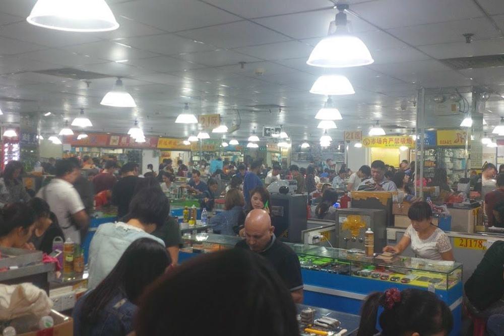 Это зал Грязного рынка в Шэньчжэне, где продают восстановленные телефоны — рефы