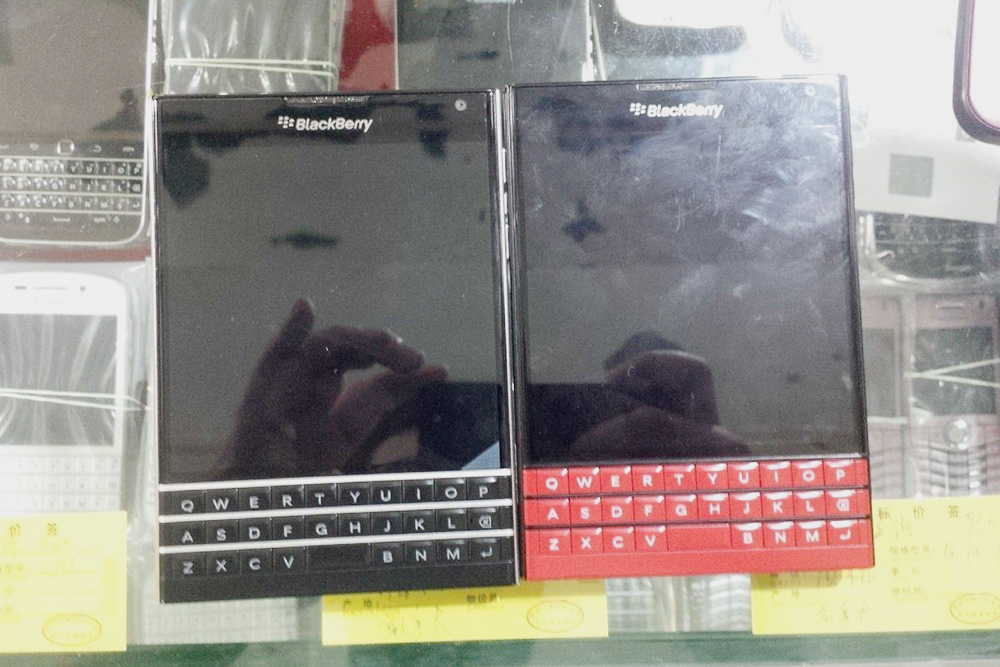 Это витрина лавочки с Блэкбери, здесь продаются смартфоны только этой фирмы