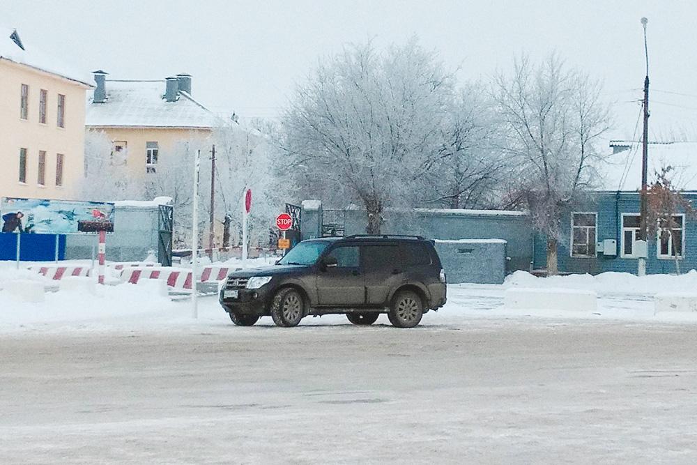 Первый КПП для прохода в ахтубинский гарнизон. Каждое утро сюда тянется поток из рабочих автобусов, легковушек и пешеходов