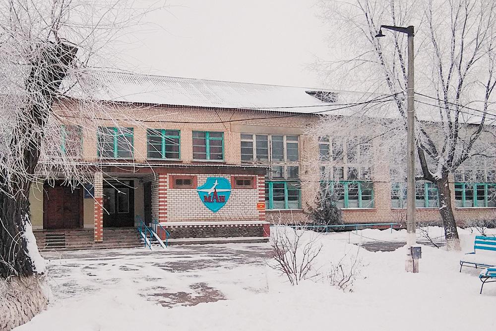 Центральный вход в ахтубинский филиал Московского авиационного института. Тут обычно проводят линейки на 1 сентября и фотографируются выпускники после защиты диплома