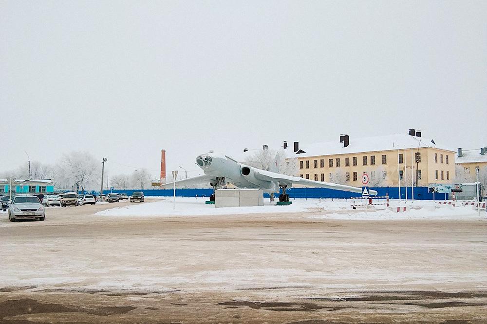 Самолет возле первого КПП