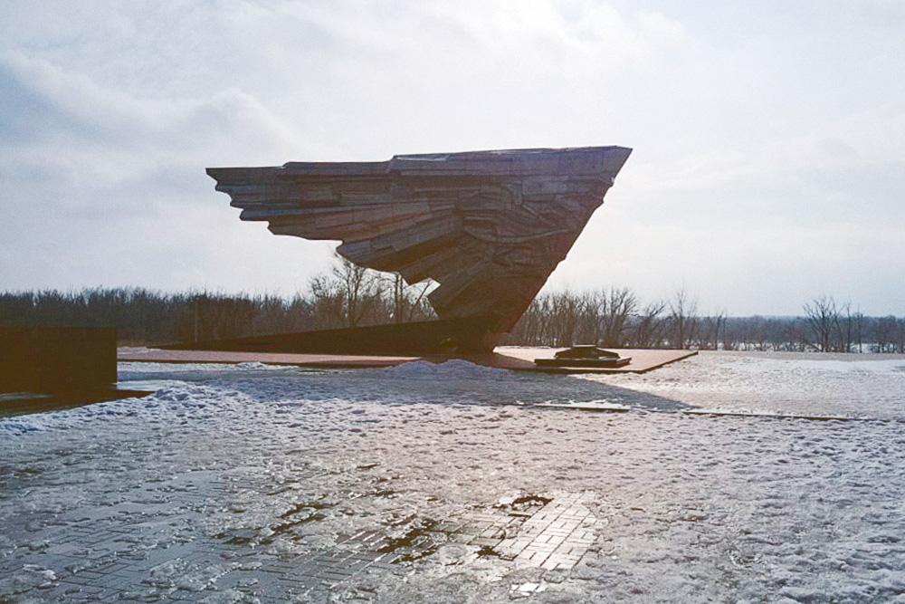 Мемориальный комплекс «Крыло Икара» в память о погибших летчиках. Фото: Владимир Поволоцкий
