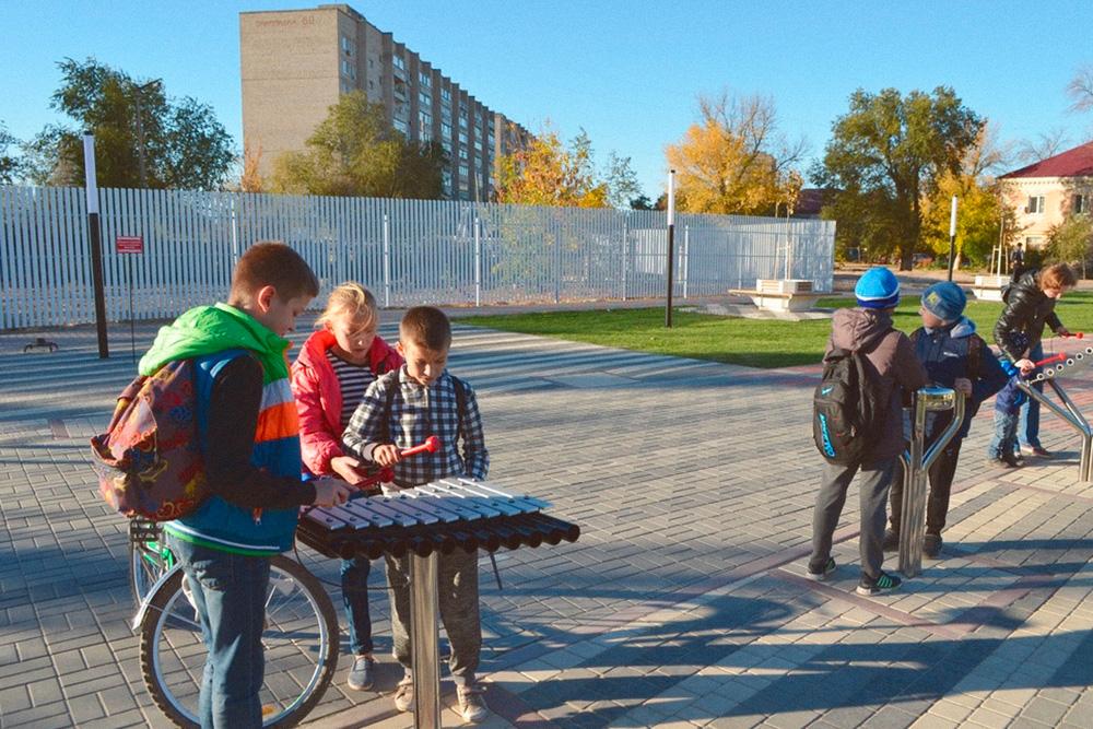 Уличные музыкальные инструменты в парке «Арбат-400». Фото: сайт «Ахтубинский пилот»