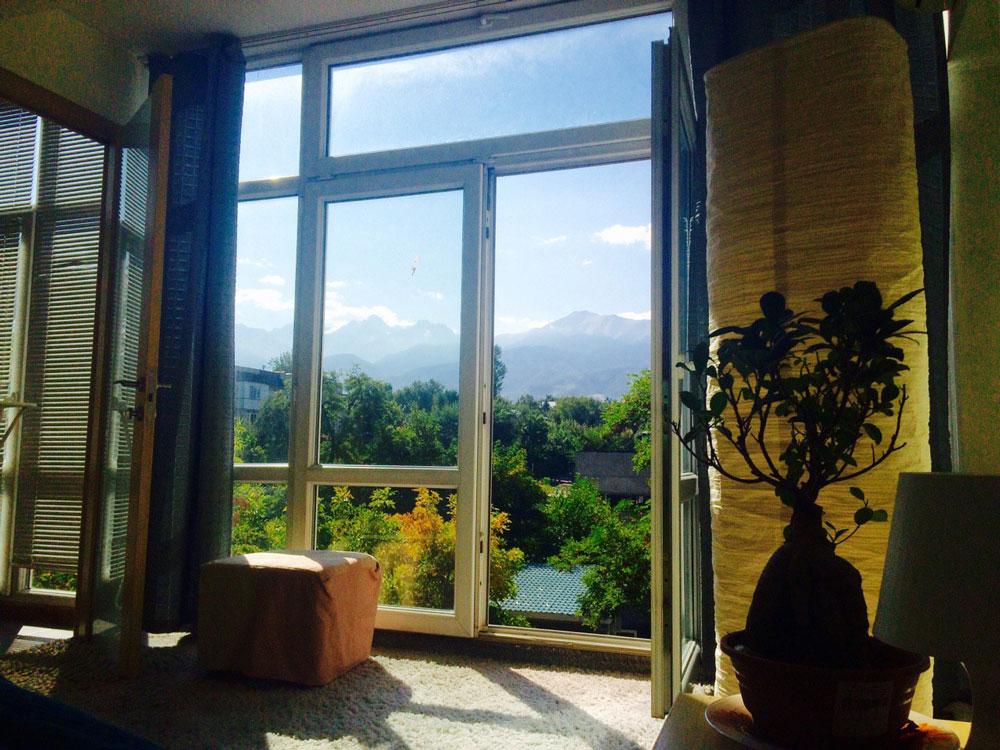 Это вид из спальни. Хозяева сделали балкон частью квартиры, поэтому окна тут были прямо в пол