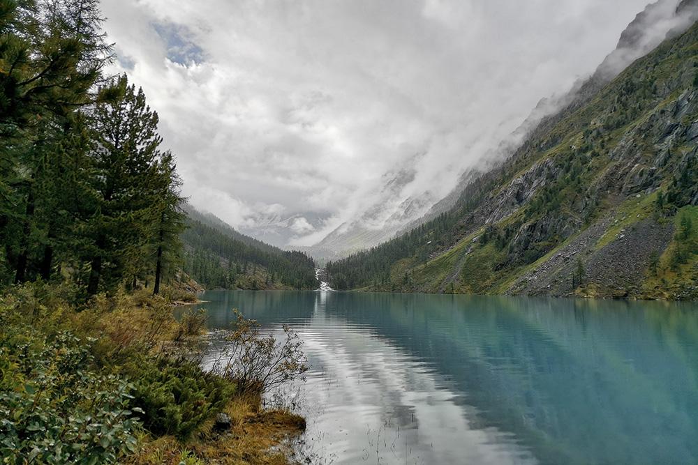 Нижнее Шавлинское озеро в пасмурную погоду