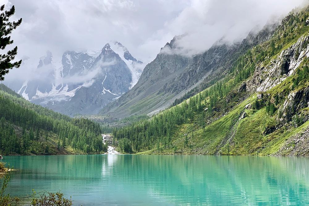 Такой вид на озеро открывался с нашей стоянки. Вода в озере ярко-бирюзовая. Такой цвет она приобретает благодаря горной породе, которая во время движения ледников перемалывается ирастворяется до размера песчинок
