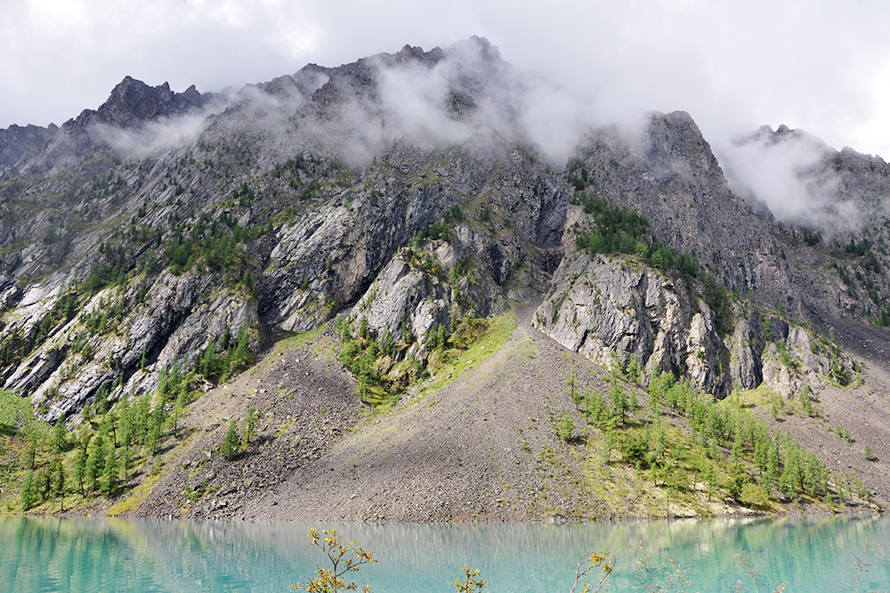 Тропа у Нижнего Шавлинского озера есть только с одной стороны, с другой — крутой склон