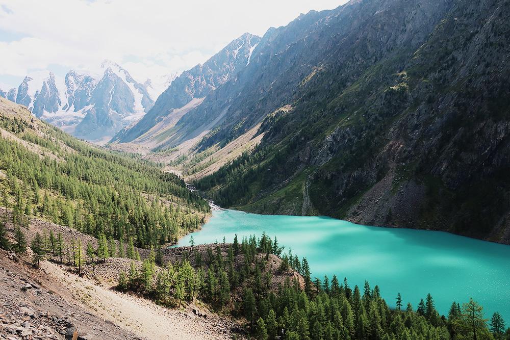 В хорошую погоду видны снежные вершины гор Сказка, Мечта и Красавица