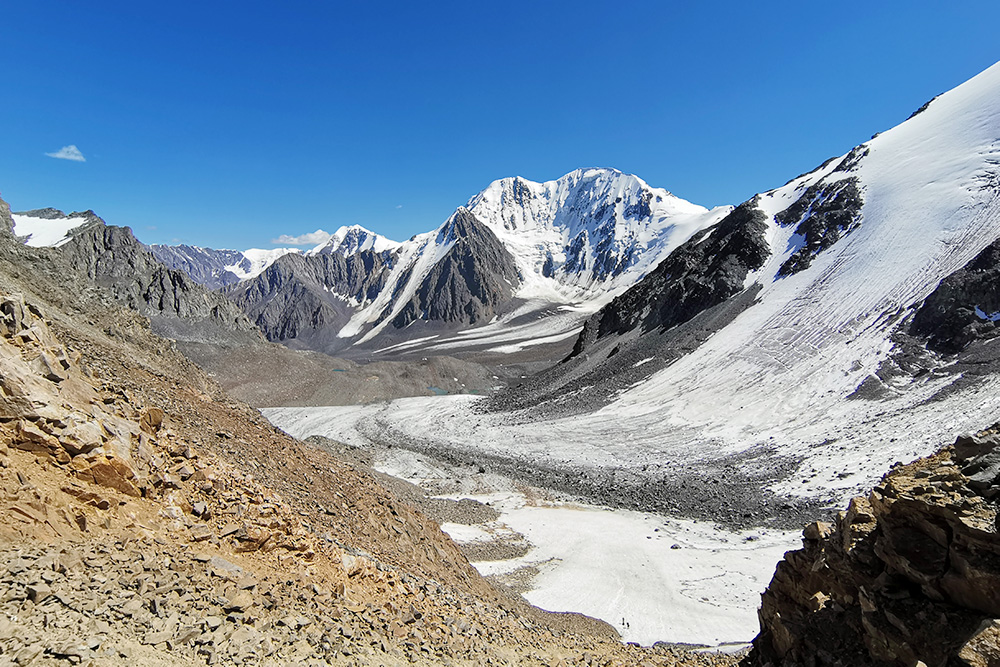 Вид с Нижнешавлинского перевала на долину Маашей и высочайшую гору Северо-Чуйского хребта Маашей-Баши