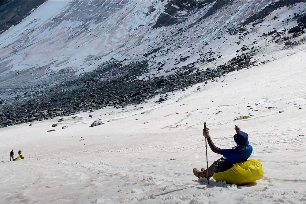 По этому леднику мы скатились вниз на рюкзаках
