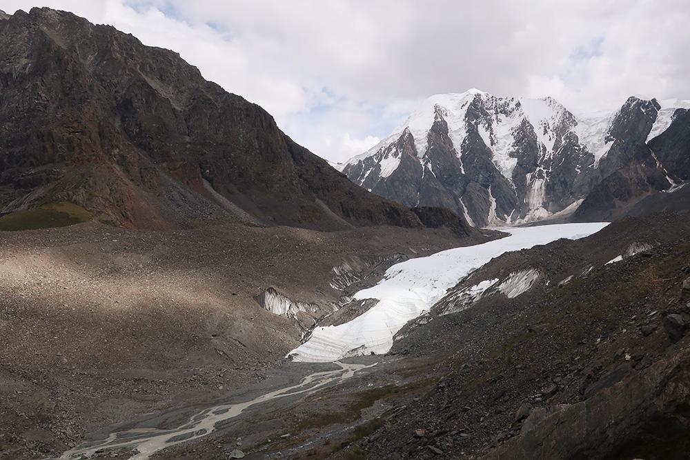 Общая длина ледника Маашей — 10 километров