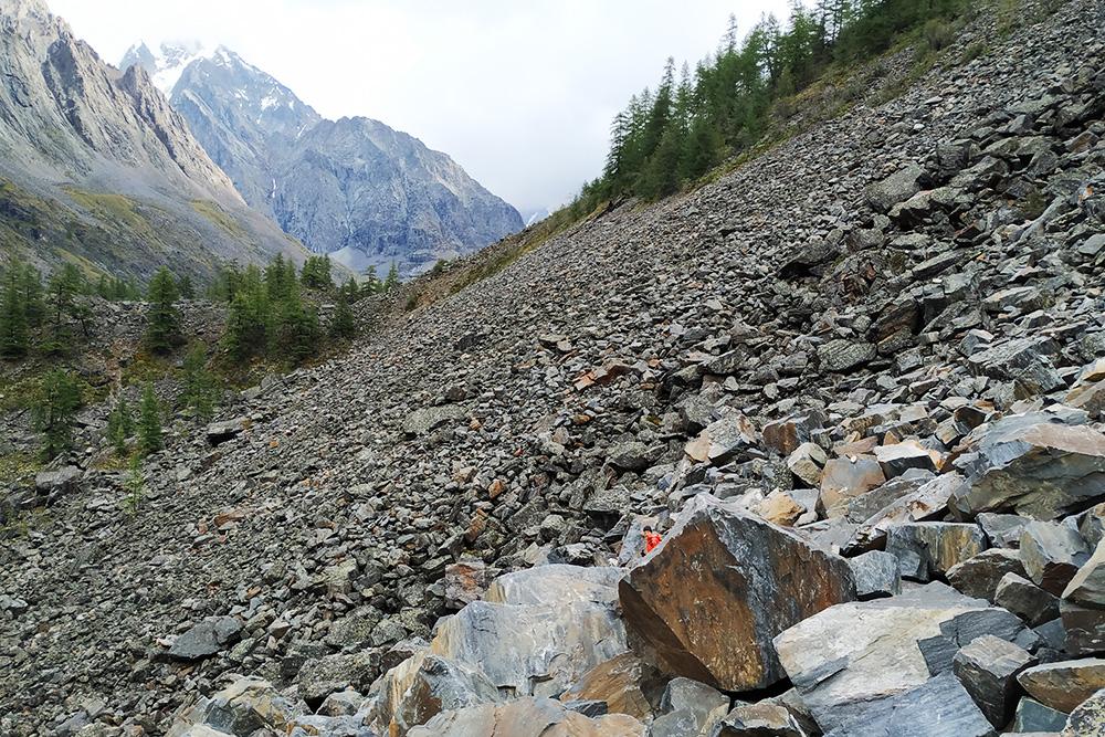 К озерам нужно было подниматься по огромным камням. Когда камни намокли от дождя, идти стало скользко и опасно