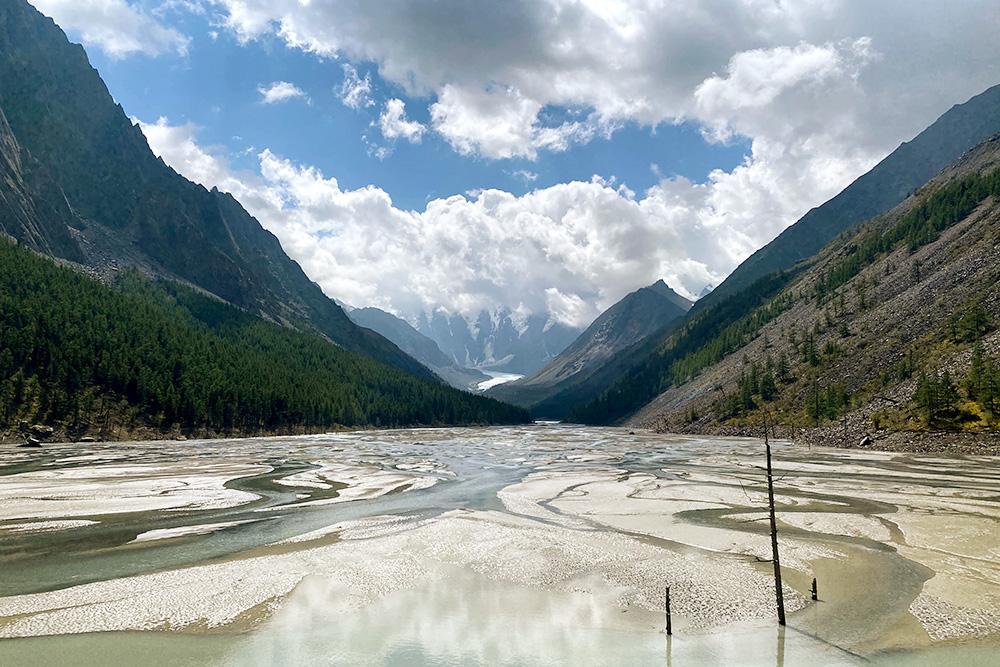 Бывшее озеро, несмотря ни на что, выглядит очень красиво