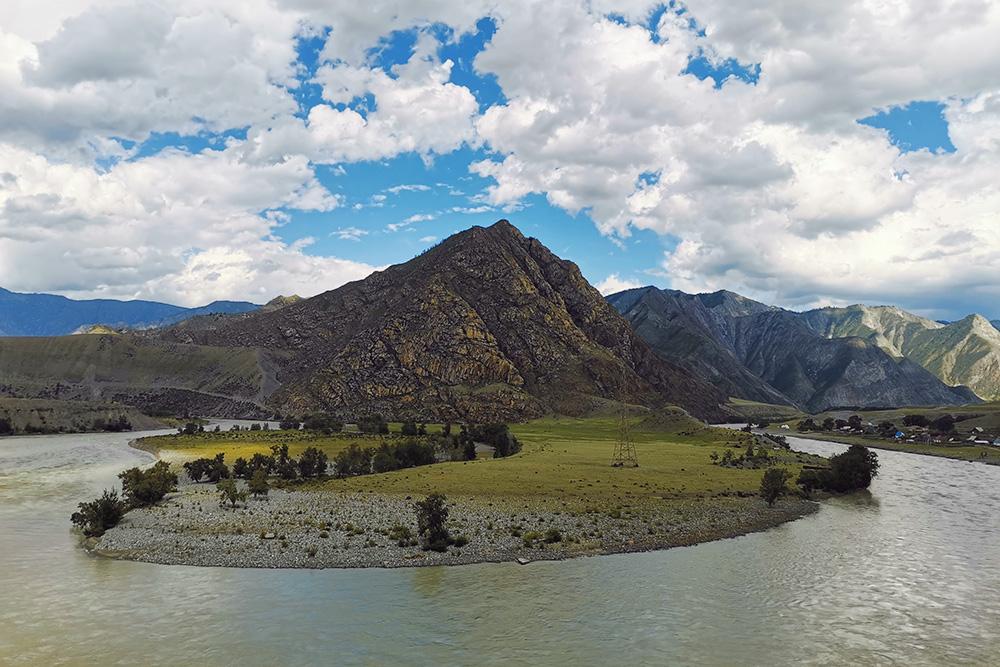 Летом горные реки на Алтае серого цвета, а осенью они становятся ярко-бирюзовыми