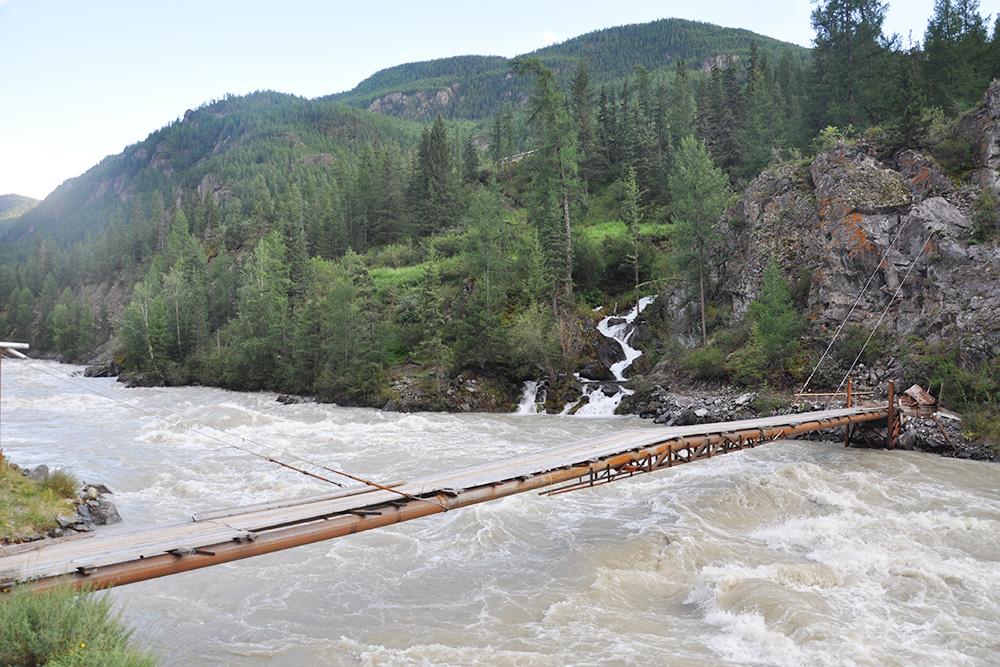 Подвесной мост через реку Чую, слева от него — ручей Орой, который мы переходили