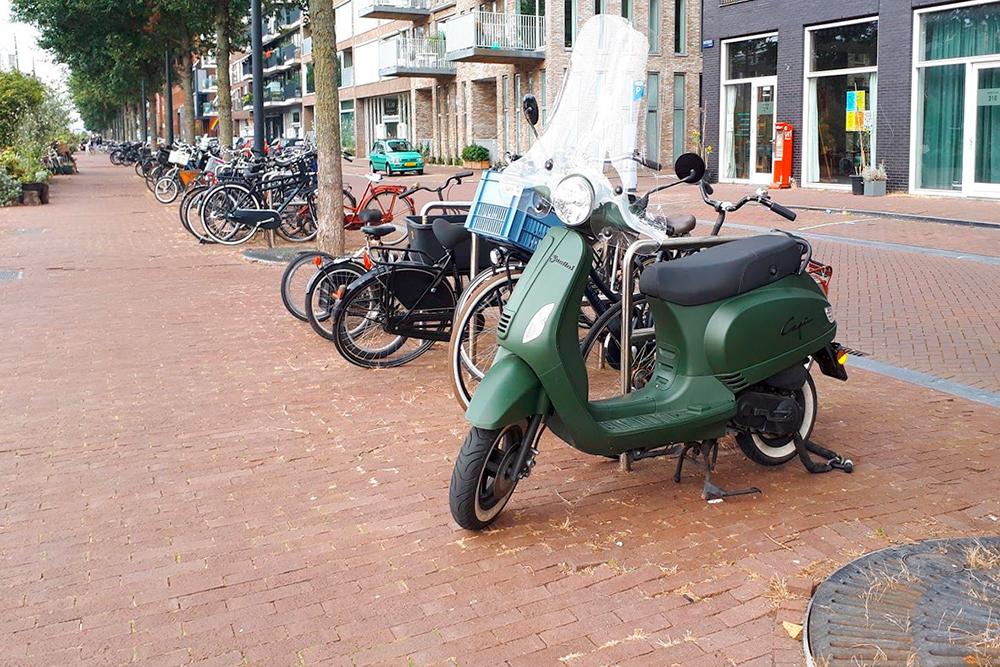 Еще один популярный вид транспорта в Амстердаме — мопед