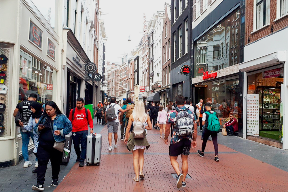 Ньивендейк (Nieuwendijk) — центральная улица со множеством магазинов