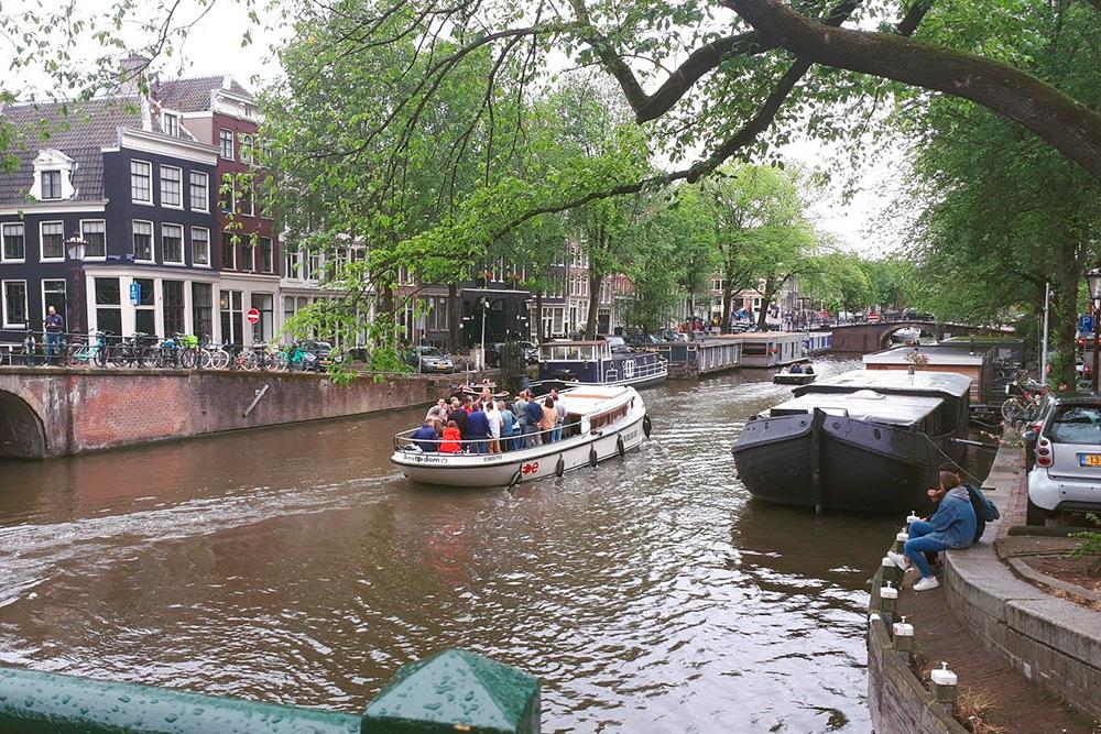 Очень популярное развлечение среди местных и не только — катание на лодках по каналам. Лодка на 6 человек обойдется примерно в 80€ за 3 часа