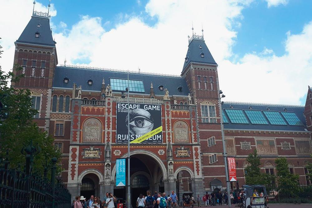 До декабря 2018 года на этом месте находилась надпись I am Amsterdam, но из-за массового скопления туристов ее демонтировали. Где теперь надпись — неизвестно, власти хотят возить ее по нетуристическим местам для привлечения внимания