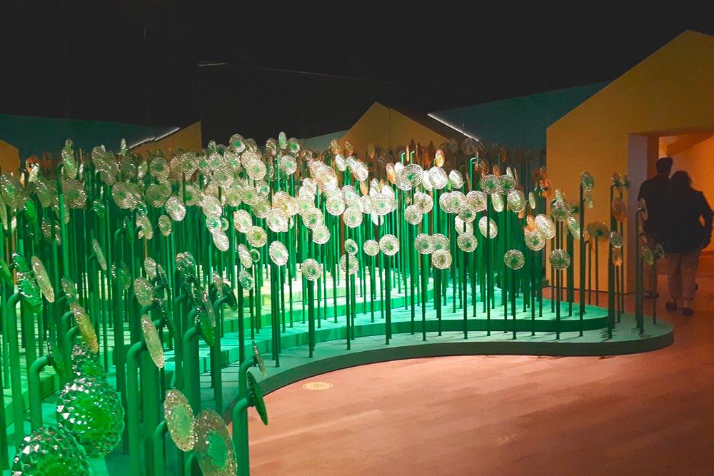 Экспозиция из стеклянных цветов в музее Ван Гога