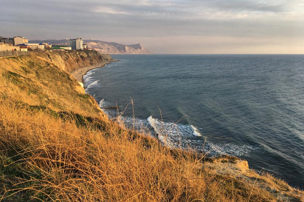 Вид с анапской набережной в сторону Лысой горы напоминает океанское побережье