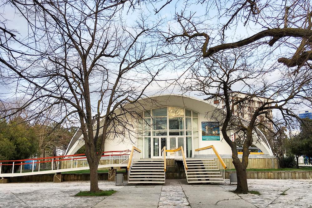 У бювета забавное полукруглое здание — творение советских архитекторов