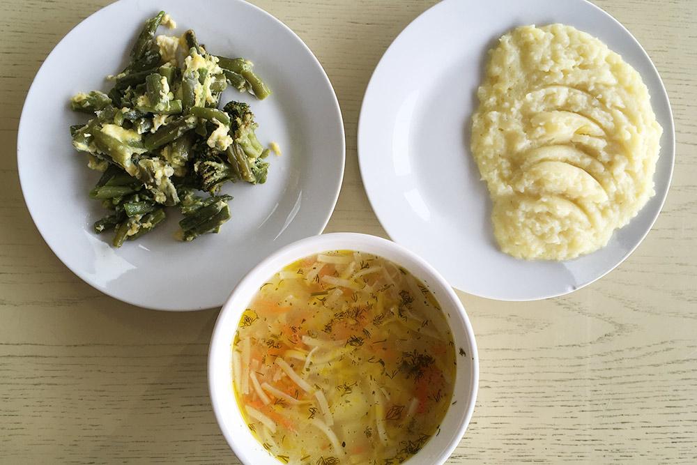 Обед вместной столовой: суп-лапша, пюре итушеная фасоль