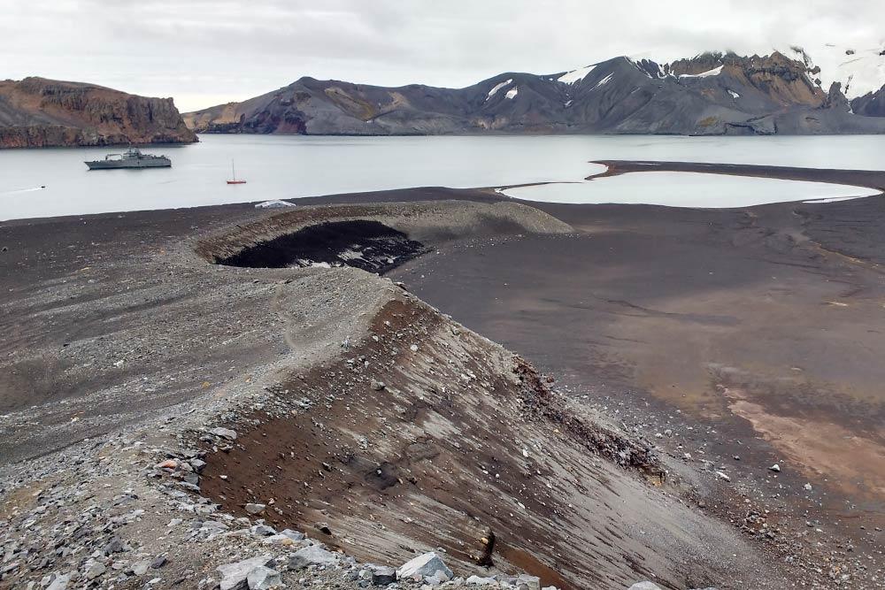 Это я стою на острове-вулкане Десепшн. Принято считать, что Антарктида полностью покрыта снегом ильдом. Новблизи побережья Антарктического полуострова, например вархипелаге Южных Шетландских островов, климат более-менее комфортный, именно поэтому большая часть научных базразмещается именно там