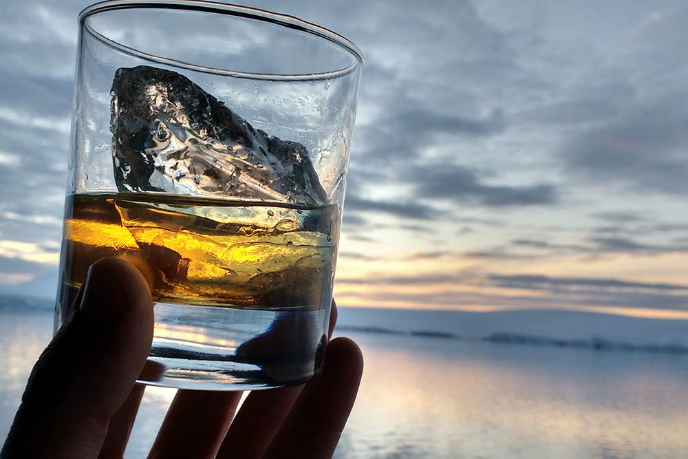 Вечером в салоне для офицеров работает бар. Виски с кусочком ледника, который вытащили из воды. Такой лед тает очень медленно