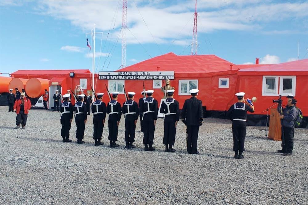 Военная церемония настанции «Артуро Прат». Этостарейшая чилийская антарктическая база, основанная в1947году