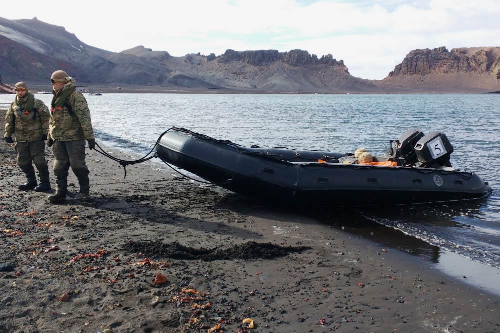 На таких надувных лодках мы высаживались наберег